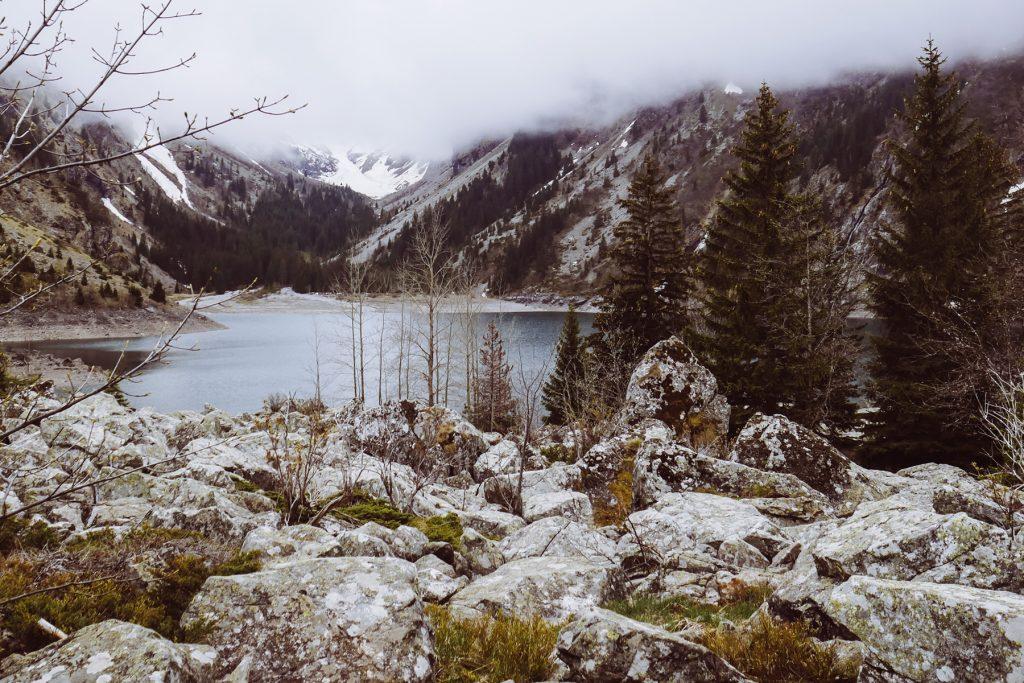 lac du lauvitel dans la brume