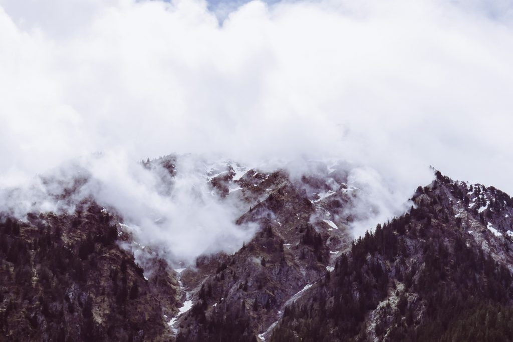 montagne dans la brume en oisans